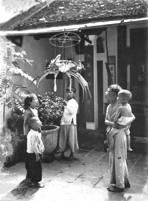 Children were playing with crab-shaped lantern