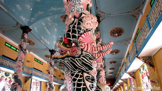 Dragon carved on pillars of Cuu Trung Dai inside Cao Dai temple in Tay Ninh 2