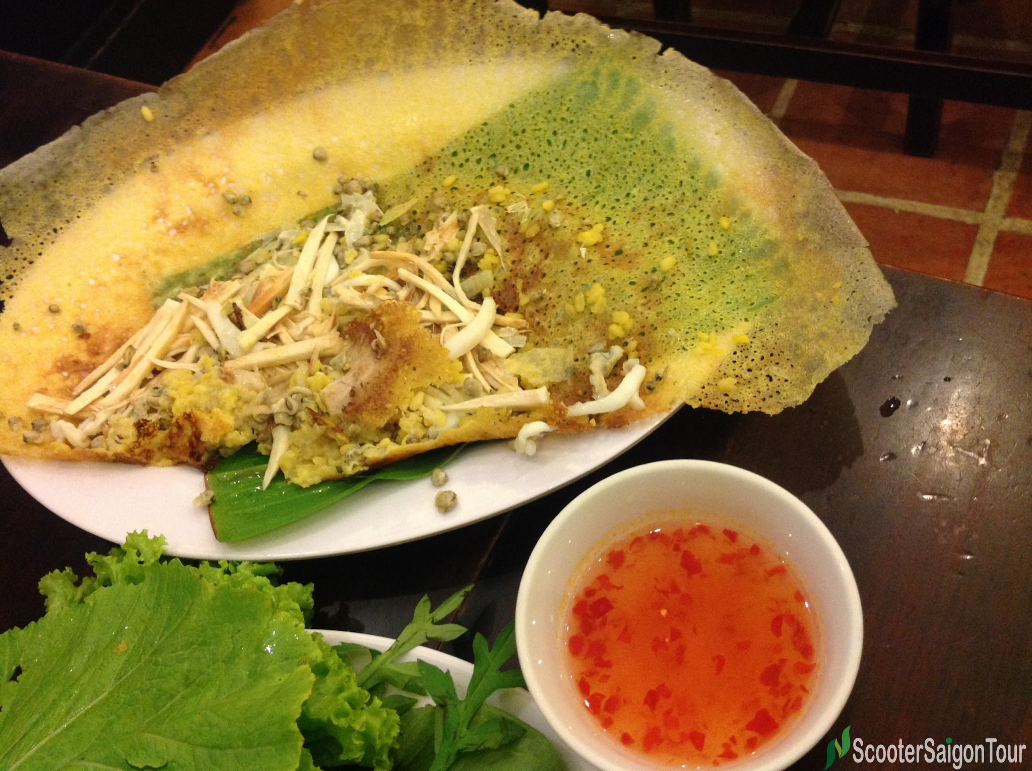 the filling of vietnamese pancake at co ba vung tau tracy do